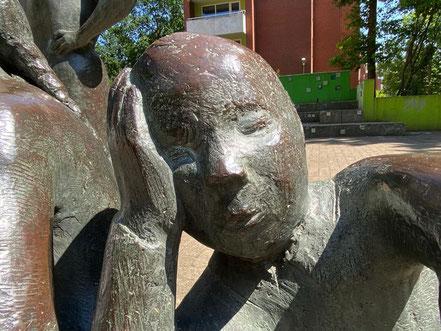 """Kind kleinere Kind bei der Schwester wirkt erschöpft oder müde - """"Erdbeerpflückerin mit Kinder"""", Kunstwerk in Bremen Obervieland (Foto: 05-2020, Jens Schmidt)"""