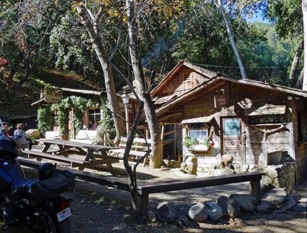 Motoglobe Motorradreisen. Die Hütten der Cold Spring Tavern stehen mitten im Wald.