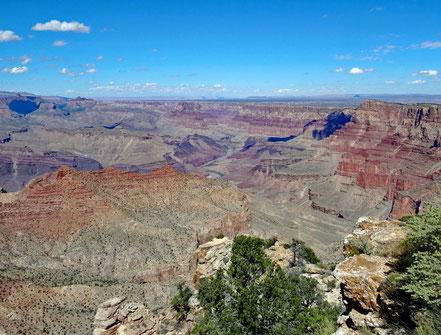 Motoglobe Motorradreisen. Wir überlicken den Grand Canyon am Navajo Point und sehen im Hintergrund den Colorado Fluss