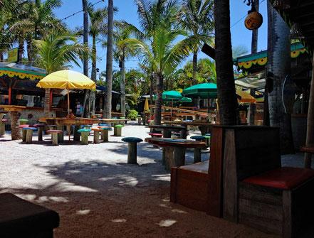 Motorradreisen Sand, Stühle, Sonnenschirme, Hocker, Tische