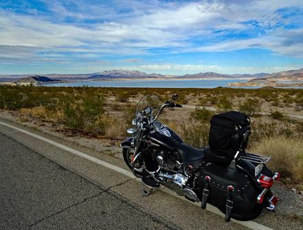 Motoglobe Motorradreisen. Die Harley steht am Strassenrand mit Blick auf den Lake Mead, Nevada, USA.