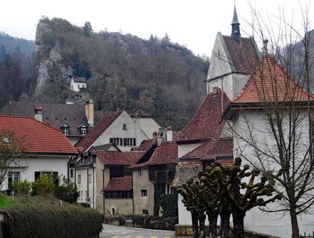 Motorradreisen: Wir stehen vor der Ortschaft Saint-Ursanne und blicken auf die schönen und gut erhlatenen Häuser der Ortschaft.
