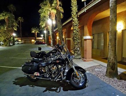 Motoglobe Motorradreisen. Die Harley Davidson stehen auf einem Parkplatz eines Motels in Blythe, Kalifornien, USA