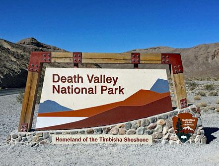 Motoglobe Motorradreisen. Wir stehen vor der Ortstafel zum Death Valley National Park, Kalifornien, USA