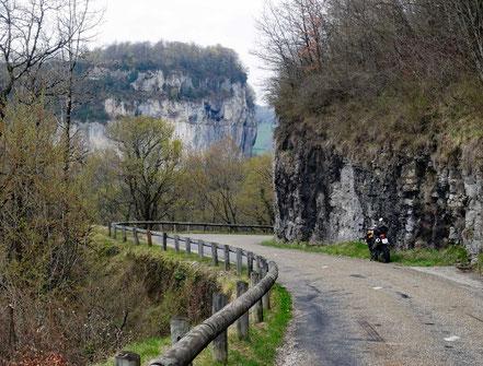 Motorradreisen: Wir fahren auf der Strasse talwärts zur Ortschaft Baume-les-Messieurs.
