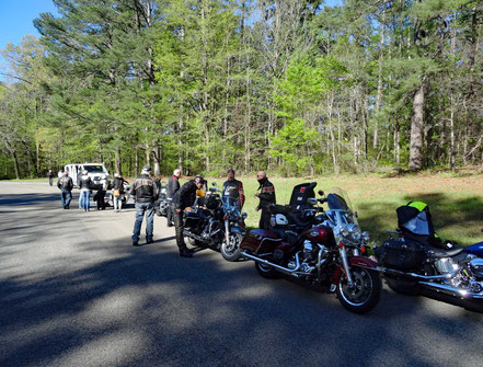 Motoglobe Motorradreisen. Es stehen acht Motorräder auf einem Rastplatz auf dem Nachtez Trace Parkway, USA