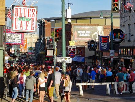 Motoglobe_Motorradreisen. Auf der Beale Street in Memphis, USA, befinden sich sehr viele Leute und bummeln an den Läden und Restaurants entlang.