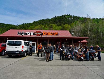 Motoglobe_Motorradreisen. Die Harley Davidson Motorräder und ihrer Fahrer stehen vor dem Haus des Harley Davidson Ladens an der US Hwy Strasse 129.