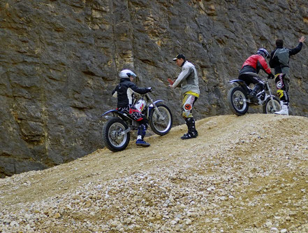 Motorradreisen: Ein Trialfahrer fährt den Kieshügel hoch und bringt die Maschine nur mit dem Kupplungspiel zum Halten, was eine Übung im Slidingkurs 2 der Cornu Master School ist.