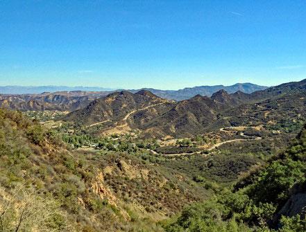 Motoglobe Motorradreisen. Der Blick auf die Berge, Walder und Täler in den Malibu Hills ist wunderschön.