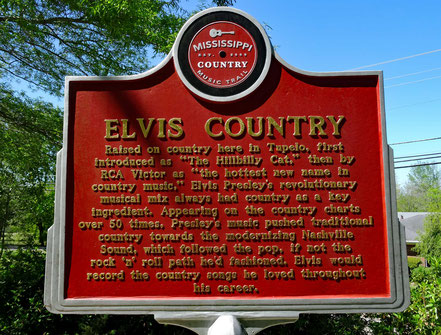 Motoglobe Motorradreisen. Ein grosse beschriftete Hinweistafel macht darauf aufmerksam, dass in Tupelo Elvis Presley geboren wurde.
