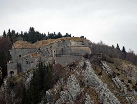 Motorradreisen: Vom Chateaux de Joux hat man einen schönen Blick auf das gegenüberliegende Fort Malher bei Pontarlier