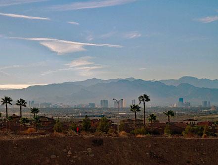 Motoglobe Motorradreisen. Im Hintrund sind die Höchhäuser von Las Vegas, Nevada, USA, zu sehen.