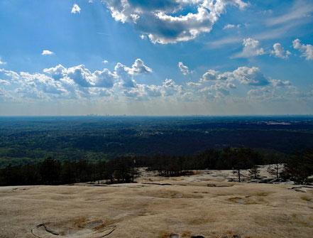 Motoglobe_Motorradreisen. Auf dem Stone Mountain geniesst man eine schöne Aussicht über die Wälder und der Millionenstadt Atlanta im Hintergrund.