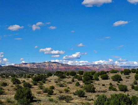 Motoglobe Motorradreisen. Im Hintergrund sind die ersten roten Felsen des Red Rock State Parks im Gebiet rund um die Ortschaft Sedona, Arizona, USA, zu sehen.