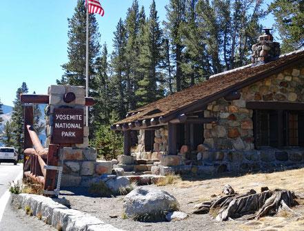 Motoglobe Motorradreisen. Wir stehen auf dem Tioga Pass auf 3'031m über Meer vor dem Einang zum Yosemite Park und der Parkranger Hütte und Zahlstelle.
