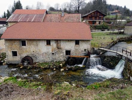 Motorradreisen: In der Ortschaft Foncine-le-Bas sieht man von der Strasse aus auf eine alte Wassermühle.