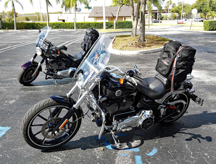 Motorradreisen Teerplatz und Motorräder