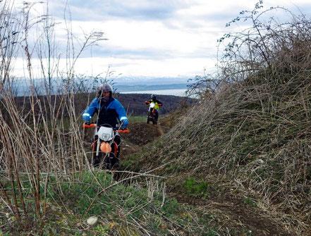 Motorradreisen: Der Sliding Kurs 2 der Cornu Master School führt durch enge Fahrspuren im Gelände.