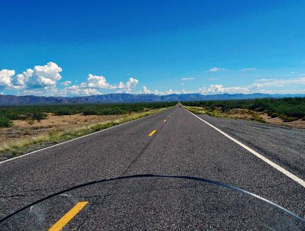 Motoglobe Motorradreisen. Wir fahren auf der Nationalstrasse Nr. 60 in Arizona und es geht nur gerade aus.
