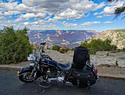 Motoglobe Motorradreisen. Die Harley steht auf eine Parkplatz am Pipe Creek Vista Point mit schöner Aussicht in den Grand Canynon.