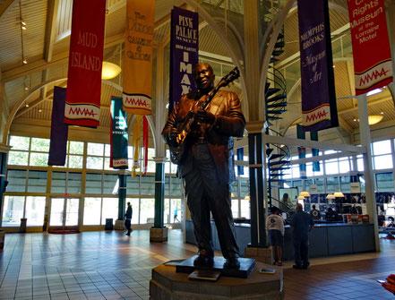 Motoglobe Motorradreisen. Die Stahlfigur von B.B. King steht in einer Halle im Hafen von Memphis.