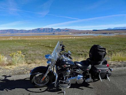Motoglobe Motorradreisen. Wir stellen die Harley auf einen Parksplatz damit wir den im Hintergrund befindende See Lkar Corwley sehen können sehen.