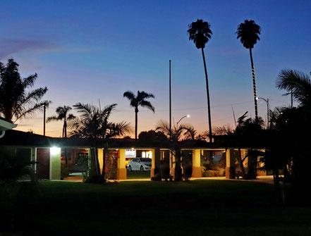 Motoglobe Motorradreisen. Der Sonnenunterlang lässt den Himmer in Santa Maria, Kalifornien, USA,erleuchten .