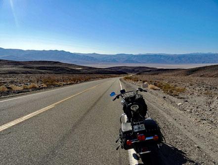 Motoglobe Motorradreisen. Die Harley steht auf der Passhöhe des Towne Pass, vo wo man in ein Nebental des Death Valleys blickt.
