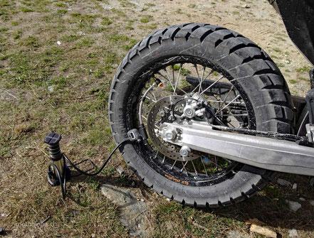 Motorradluftpumpe angeschlossen an Hinterrad