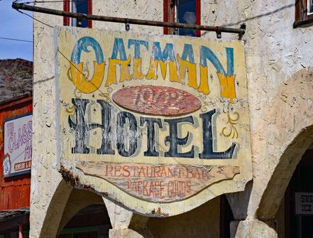 Motoglobe Motorradreisen. Das alte Holzschield weisst auf das Hotel Oatman, Arizona, USA, hin.