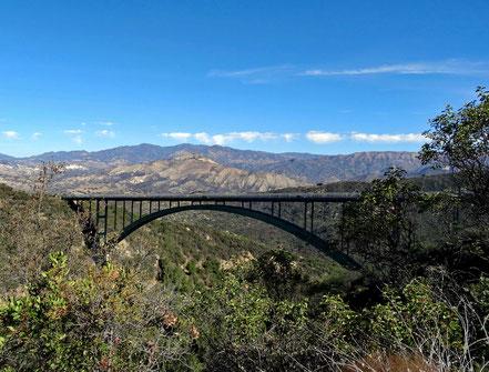 Motoglobe Motorradreisen. Die grüne Brücke der Schnellstrasse auf den San Marco Pass führt über eine grosse Schlucht des Kelly Riverse.