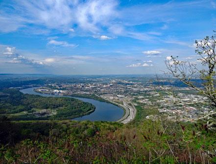 Motoglobe_Motorradreisen. Vom Aussichtspunkt ist die Aufsicht über die Stadt Chattanooga und den Fluss Tennessee atemberaubend.