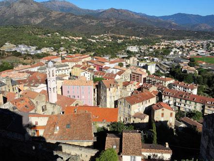 Motorradreisen Blick auf die alten Häuser und Kirche von Corte