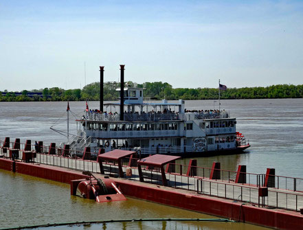 Motoglobe_Motorradtouren. Ein Schaufelraddampfer steht bereit am Pier von Memphis für eine Ausfahrt auf dem Mississippi.