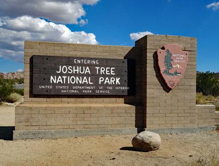 Motoglobe Motorradreisen. Am Eingang zum Joshua Tree National Par steht eine grosse Beschriftungstafel aus Stein Kalifornien, USA