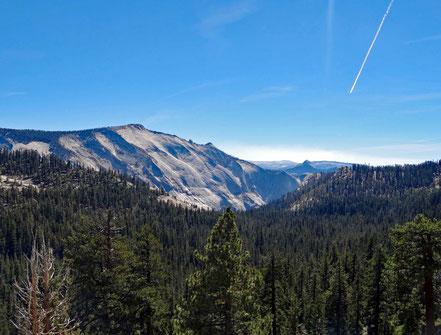 Motoglobe Motorradreisen. Am Olmsted Point hat man eine schöne Aussicht auf die Berg- und Waldlandschaft im Yosemite National Park Kalifornien, USA.