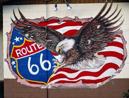 Motoglobe Motorradreisen. Auf dem Bild ist ein Adler zu sehen und eine Schild mit dem Namen Route 66.