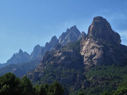 Motorradreisen Steine, Felsen und blauer Himmel