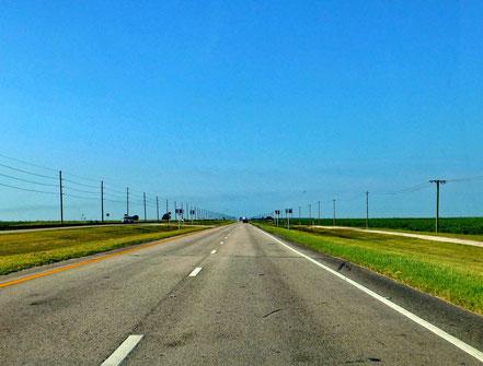Motorradreisen Strasse, Wiese, Strassenlaternen Himmel