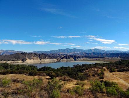 Motoglobe Motorradreisen. Der See lake Cachuma liegt in einer sehr schönen Landschaft von Hügeln, Wälder und Feldern.