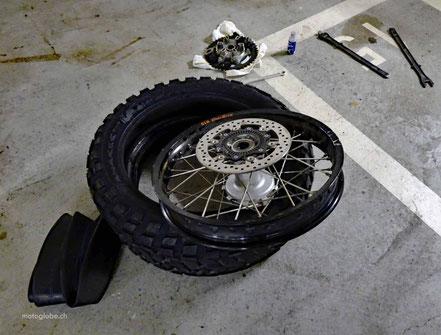 Neuer Schlauch und Reifen auf Hinterradfelge Motorrad
