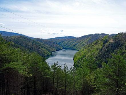 Motoglobe_Motorradreisen. Vor uns liegt der grosse und breite Tennessee River umringt mit sehr viel Wald und blauem Himmel.