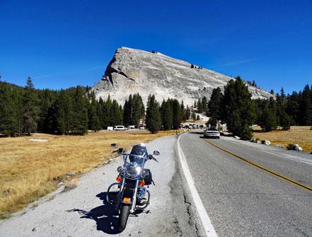 Motoglobe Motorradreisen. Im Hintergrund der Harley Davidson ist der Lembert Dome im Yosemite National Park zu sehen.