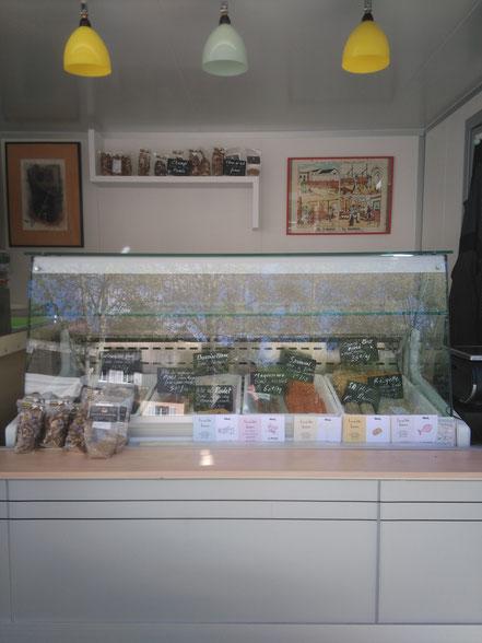 Notre remorque de vente nous assure une vente directe sur les marchés, évitant ainsi les intermédaires. Elle est équipée d'une vitrine réfrigérée permettant la présentation et la conservation des produits.