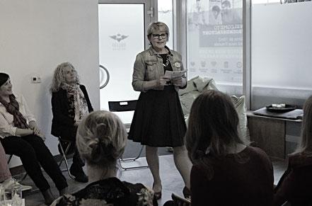 Edith Roebers; Gastgeberin Wortwechsel in violett; Service Experts;