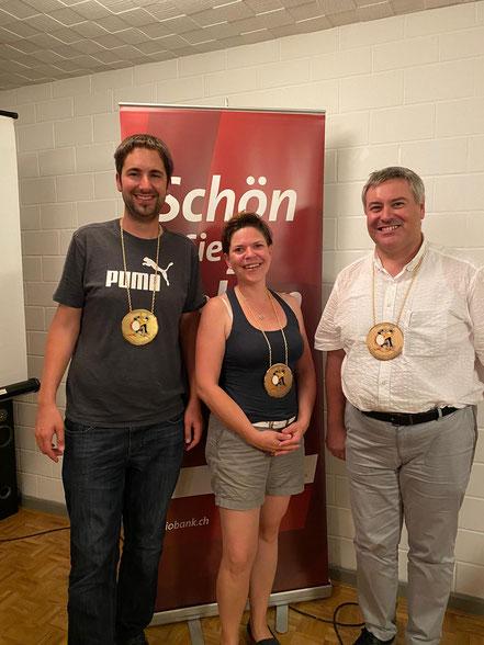 Mischa Ullmann, Michaela Widmer mit Christian Fischer (Er wird mit der Ehrenmitglieder-Plakette für seine musikalische Unterstützung an der letzten Fasnacht geehrt.