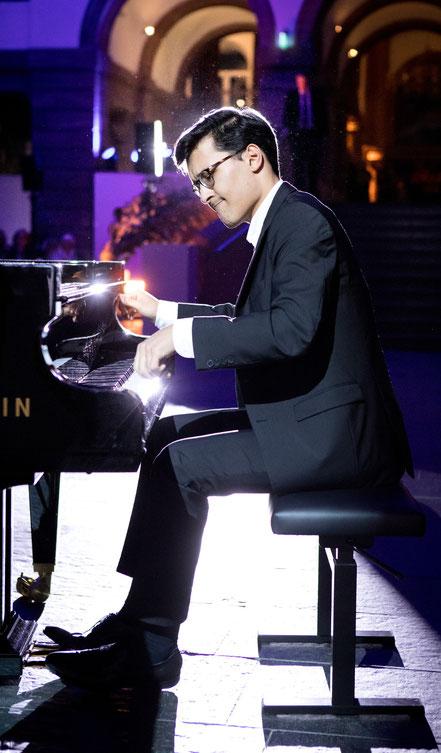 Nuron Mukumi, Pianist