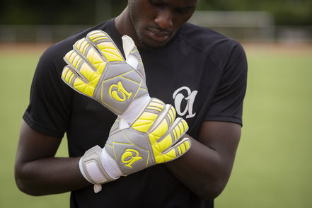 Invincible Classics Torwarthandschuhe Octo One Gloves. Weiss, Orange, Schwarz. Latex Handschuhe. Fussball.