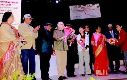 Auf der Bühne der Birla Barlika Universität in Pilani, Indien